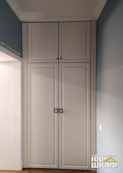 Белый встроенный шкаф с антресолью в классическом стиле