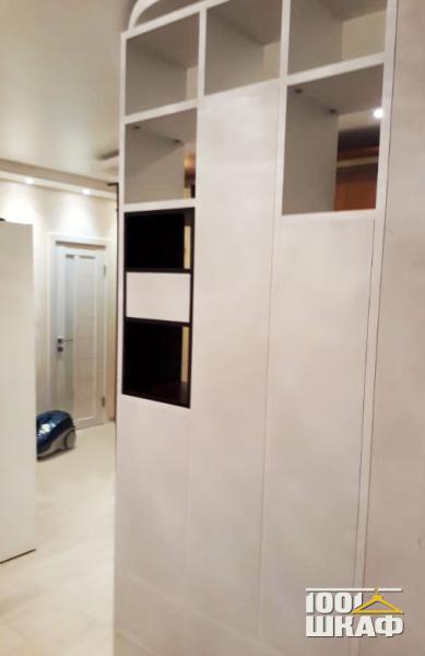 Дизайнерский шкаф белого цвета