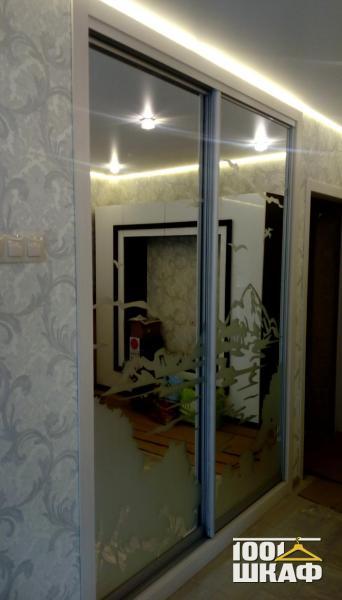 Шкаф-купе декорированный зеркалом