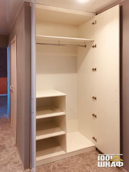 Встроенный распашной шкаф для одежды