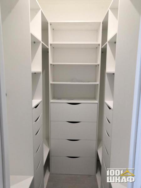 Белый угловой стеллаж в гардеробную комнату