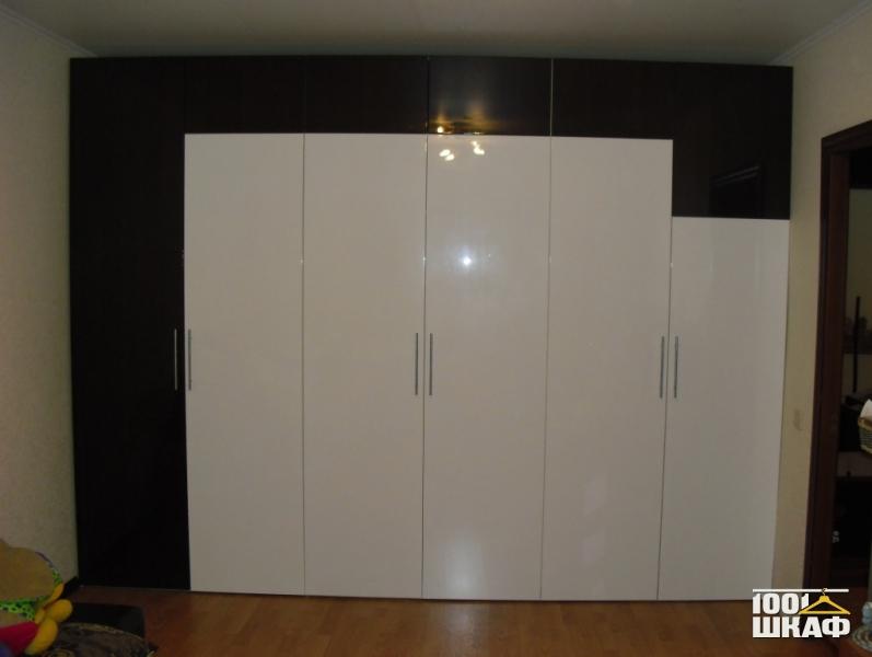 Современный шкаф с распашными фасадами на петельном механизме.