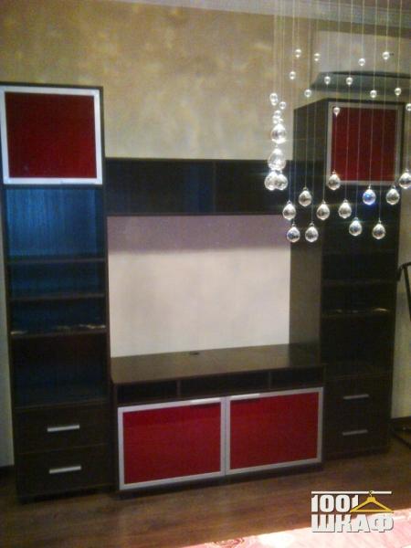 ТВ стенка с распашными фасадами из цветного стекла